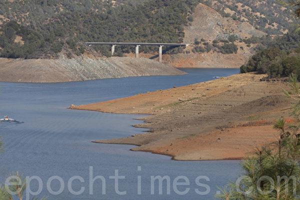 加州從去年開始少雨,水庫水位都偏低,露出大片湖底。(馬有志/大紀元)