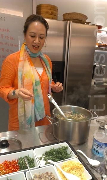 《雲南菜上桌》新書作者天下雜誌副總編輯賀桂芬日前舉行料理分享會,她當場示範雲南菜並介紹雲南素有「世界基因寶庫」之稱,物種豐饒,加上3、40種少數民族的飲食文化,揉雜出中國菜系中最獨樹一幟的雲南菜。(鍾元/大紀元)