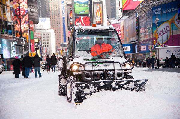 紐約遭受暴風雪襲擊 罕見低溫。紐約時報廣場在清理積雪。(戴兵/大紀元)