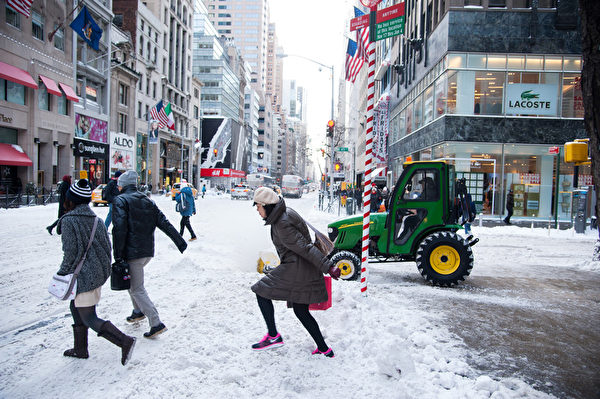 紐約遭受暴風雪襲擊,罕見低溫,積雪給行人帶來不便。(戴兵/大紀元)