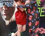 在媒體起鬨下,瑤瑤獻給阿亮哥「愛的抱抱」。(豐華唱片提供)
