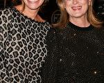 2014年1月4日,棕榈泉国际电影节颁奖晚宴,《八月:奥色治郡》两位主演朱莉娅•罗伯茨(左)与梅丽尔•斯特里普合影。(Charley Gallay/Getty Images)