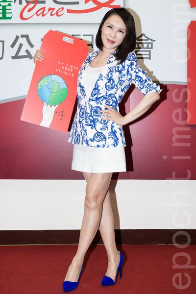 綜藝天后利菁1月6日於台灣台北市出席公益活動,義賣彩繪的紅包袋,幫助6家社福機構。(陳柏州/大紀元)