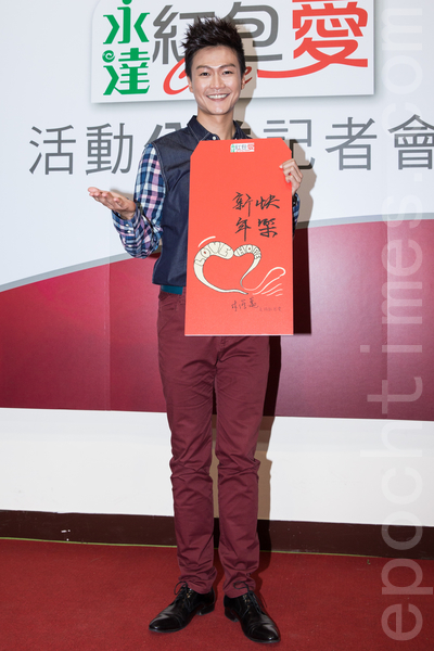新生代歌手林俊逸1月6日於台灣台北市出席公益活動,義賣彩繪的紅包袋,幫助6家社福機構。(陳柏州/大紀元)