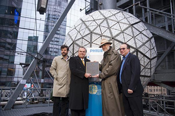 2014年1月6日,紐約,水晶球複雜的銲接技術和工藝水平,受到了美國銲接協會的表彰。(戴兵/大紀元)