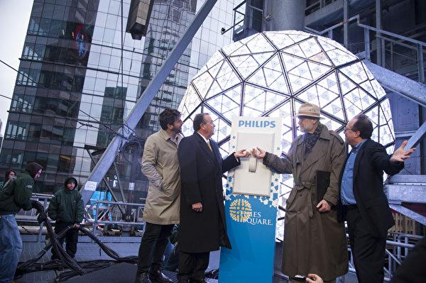 2014.01.06時報廣場水晶球從新升起。時報廣場總裁提姆湯普斯,美國銲接協會總裁迪恩,水晶球工程師,時代廣場倒計時娛樂公司總裁傑弗瑞.史瓊斯(Jeffrey Straus)共同點亮水晶球。(戴兵/大紀元)