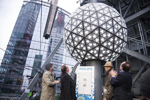 2014年1月6日,紐約,水晶球從新升起到時代廣場大樓樓頂。圖為時代廣場總裁提姆湯普斯、美國銲接協會總裁迪恩、水晶球工程師、時代廣場倒計時娛樂公司總裁傑弗瑞.史瓊斯(Jeffrey Straus)等人共同點亮水晶球。(戴兵/大紀元)