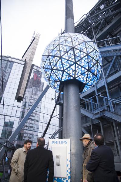 2014年1月6日,紐約,水晶球準備升起到時代廣場大樓樓頂。(戴兵/大紀元)
