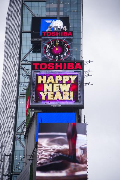 2014年1月6日,紐約,水晶球從新升起到時代廣場大樓樓頂。(戴兵/大紀元)