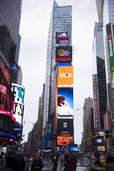 100年間,時代廣場從一個紅燈區,現已演變成世界的十字路口。2014年1月6日,紐約,水晶球從新升起到時代廣場大樓樓頂。(戴兵/大紀元)