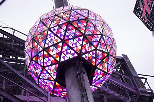 2014年1月6日,紐約,水晶球的燈光跳躍成網狀,變換1600萬種不同的顏色。(戴兵/大紀元)