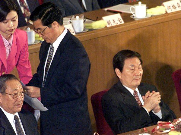 據知情人士透露,1999年江澤民欲鎮壓法輪功,朱鎔基(右一)、李瑞環、尉健行、李嵐清(左一)都投了反對票。當時已經是「王儲」的胡錦濤(中),也舉手投了反對票。(AFP)