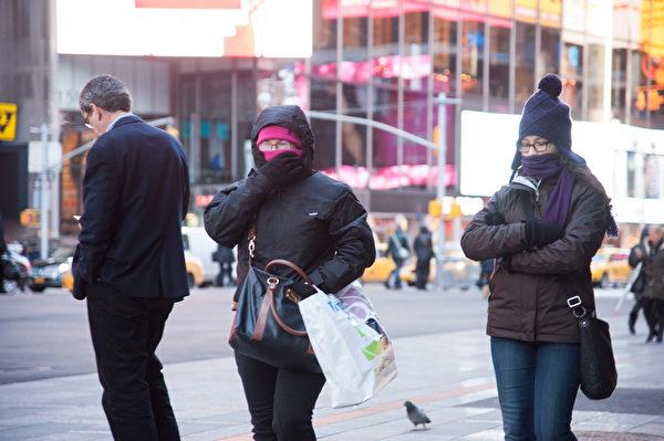 美國3/4地區創下近120年來最低嚴冬氣溫,降至-26華氏度。圖為2014年1月7日,紐約曼哈頓街頭,行人紛紛穿上厚重的衣服禦寒。(戴兵/大紀元)