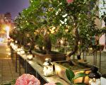 台北市客家文化主題公園推出客庄茶花展,以溫暖的燭 光襯托茶花,邀請民眾晚間賞花去,濛濛細雨中,漫步 在爭奇鬥豔的茶花叢,別有一番風情。 (台北市客委會提供) 中央社