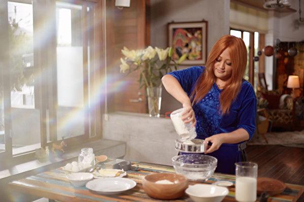 家家MV中学做面包,作出兴趣的她,开玩笑说改天要办桌!。(相信音乐提供)