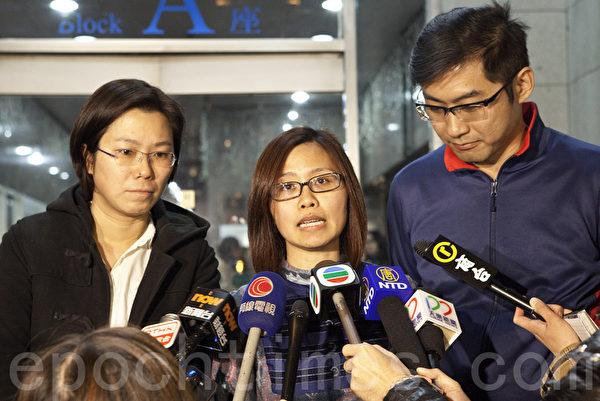 《明报》员工关组成员冼韵姬会后会见传媒。(余钢/大纪元)