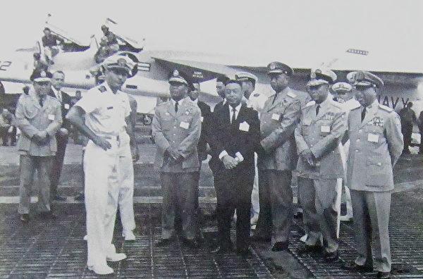 1966年3月14日,蒋中正侍卫长郝柏村(左1)随扈蒋中正视访美国第七舰队勇往号航空母舰时,与国防部长蒋经国(右4)等人摄于飞行甲板。(钟元翻摄/大纪元)
