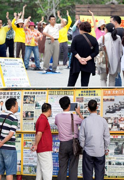 台湾景点上有很多陆客主动索要材料,用平板电脑把真相展版拍照带回去给亲朋看。(明慧)