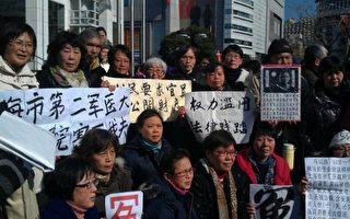 2014年1月15日,上海市政府門前聚集數千人抗議。(知情者提供)