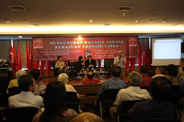 """12月14日上午""""印华秘书大厅"""",印度尼西亚经济学家费萨尔•巴斯里 (Faisal Basri.)在印尼雅加达""""透视中国真相系列座谈会""""上发表演讲。(阿莎力/大纪元)"""
