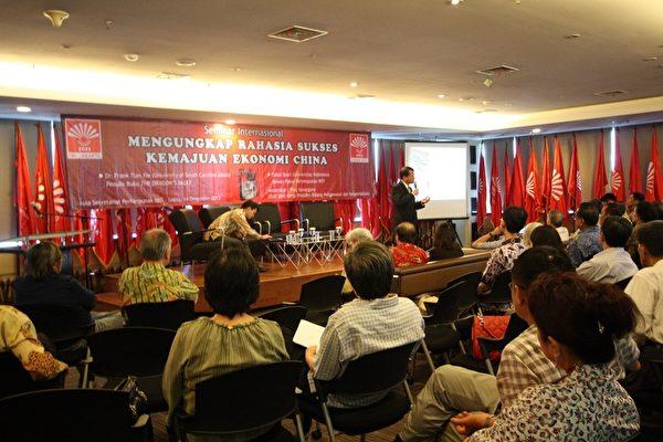 """12月14日上午""""印华秘书大厅"""",美国南卡罗莱纳大学艾肯商学院教授谢田在印尼雅加达""""透视中国真相系列座谈会""""上发表演讲。(阿莎力/大纪元)"""