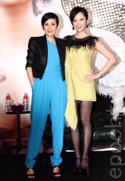 吳君如(左)1月16號於台灣台北市出席電影《金雞sss》記者會,藝人天心擔任主持人出席記者會。(丘普林/大紀元)
