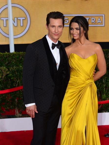 《阿拉斯买家俱乐部》男主角马修•麦康瑙希与妻子卡米拉(FREDERIC J. BROWN/AFP/Getty Images)