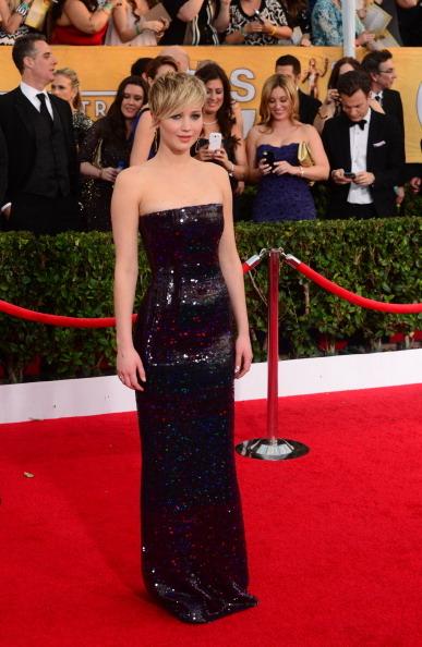 詹妮弗•劳伦斯身穿 Dior 礼服亮相。(FREDERIC J. BROWN/AFP/Getty Images)