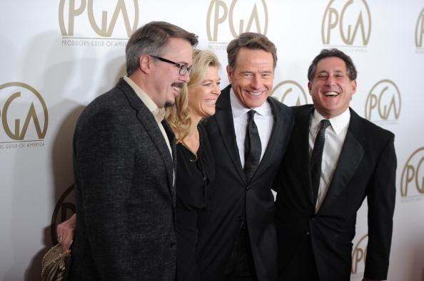 《绝命毒师》三位制片人与主演布莱恩•克兰斯顿(右二)在受奖后合影。(ROBYN BECK/AFP/Getty Images)