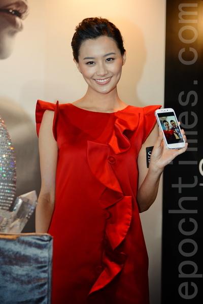 陈法拉昨日获大会送赠镶满水晶的手机。(宋祥龙/大纪元)