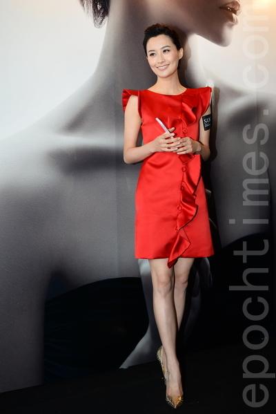 陈法拉一身红裙出席品牌活动。(宋祥龙/大纪元)