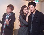 (右起)李國毅、任容萱互動親密,讓主持人吳建恆(左)大吃飛醋。(MTV提供)