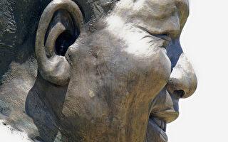 曼德拉雕像耳朵藏兔子