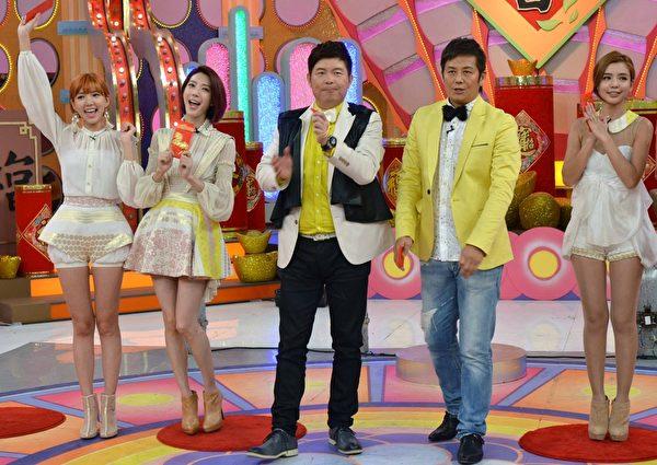 Dream Girls錄節目並與主持人曾國城、徐乃麟玩遊戲。(華視提供)
