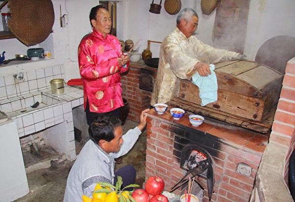 台灣一個家庭舉行祭灶儀式。(梁淑菁/大紀元)