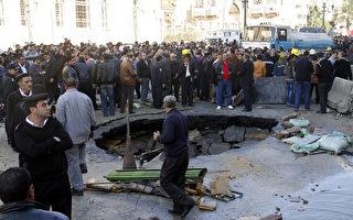 在埃及推翻前独裁者穆巴拉克3周年前夕,埃及首都开罗1月24日发生三起爆炸事件,目标都锁定警方,造成5死60余伤。图为当天一起针对开罗警察总部的汽车炸弹现场。(KHALED KAMEL/AFP)