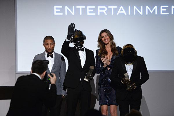 「傻瓜龐克」樂隊接受法瑞爾•威廉姆斯與吉賽爾•邦辰頒發的《華爾街日報》雜誌2013年度創新獎,右為奧曼―克里斯托。(Dimitrios Kambouris/Getty Images)
