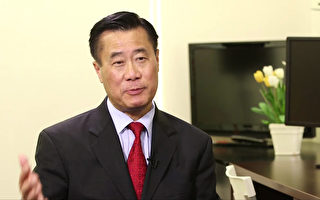 图:加州参议员余胤良(Leland Yee)1月25日访问新唐人洛杉矶办公室,通过镜头向南加华人恭贺新年。(大纪元)
