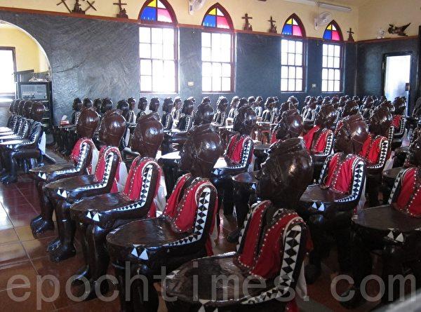 霧台天主堂的原住民木雕人頭椅後面還背著麻繩袋,裝著給後座人用的聖經。(簡惠敏/大紀元)