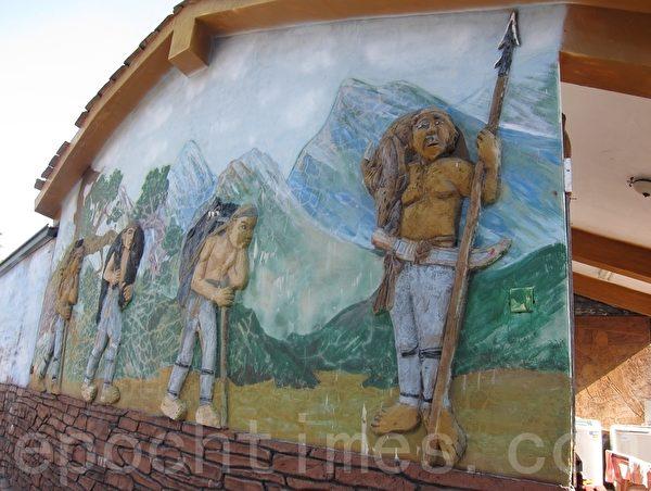 描繪魯凱族部落生活的立體彩繪圖像。(簡惠敏/大紀元)