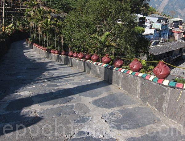 霧台岩板巷由當地黑灰色的板岩和頁岩,砌成的原民步道。(簡惠敏/大紀元)