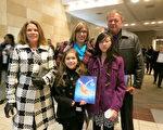 2014年1月28日晚,採掘公司Roark Excavation 總裁Roark 夫婦和家人一同觀看了在美國印第安納州埃文斯維爾市艾肯劇院的首場神韻演出。Roark 夫婦表示:晚會激發了他們對中國文化的好奇。(唐明鏡/大紀元)