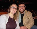 建築承包商Josh Neukam先生同太太於2014年1月28日晚來觀看了在美國印第安那州埃文斯維爾的神韻晚會。(陳虎/大紀元)