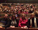 診所業主兼骨科外科醫生Terry Fenwick先生和太太及朋友一行四人坐在劇場第二排,讚賞神韻演出是對中國文化「富有藝術性而令人愉悅」的呈現。(許淨蓮/大紀元)