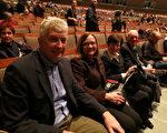 2014年1月29日晚,學區副區長Susan Riley(左三)和先生、朋友一同觀看了在美国印第安纳州埃文斯维尔市艾肯劇院的第二場神韻演出。Susan表示:晚會富含歷史和文化。(唐明鏡/大紀元)