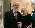 2014年1月29日晚,牙醫診所老闆Terry Talley 和太太觀看了在美國印第安納州埃文斯維爾市艾肯劇院的第二場神韻演出。Talley先生表示:神韻如同神話一般,令人嚮往。(唐明鏡/大紀元)