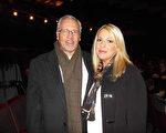1月29日晚,IBM前主管Doug Bobo先生與Heather Richards女士一起觀看了在美國印第安納州埃文斯維爾市的神韻晚會。(陳虎/大紀元)