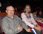 1月29日晚,聯邦政府顧問Richard Blackburn先生與太太Nancy Whyms一起觀看了在美國印第安納州埃文斯維爾市的神韻晚會。(陳虎/大紀元)