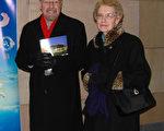 1月29日晚,Glen Kissel先生與母親Agnes Kissel一起觀看了在美國印第安納州埃文斯維爾市的神韻晚會(陳虎/大紀元)