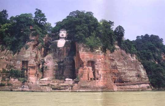 樂山大佛是依凌雲山棲霞峰臨江峭壁鑿造的一尊彌勒坐像,建高71米,有「山是一尊佛,佛是一座山」之稱。(履安/大紀元)